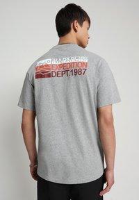 Napapijri - SOLE GRAPHIC - Print T-shirt - medium grey melange - 2