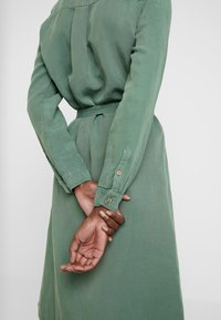 AMOV - CORA SPIRIT DRESS - Sukienka koszulowa - bottle green - 5