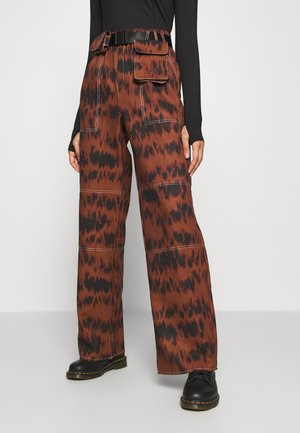 PRINTED PARACHUTE TROUSERS - Pantaloni - brown