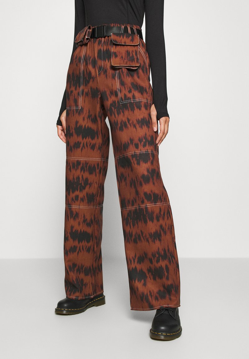 Missguided - PRINTED PARACHUTE TROUSERS - Trousers - brown