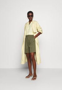 NAF NAF - COMODO - Shorts - vert kaki - 1