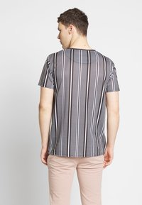 CLOSURE London - STRIPE HERRINGBONE TEE - T-shirt con stampa - grey - 2
