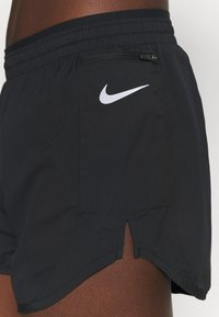 Nike Performance - TEMPO LUXE SHORT  - kurze Sporthose - black/silver - 4