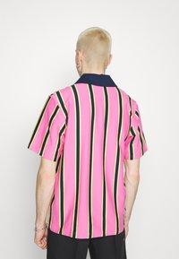 adidas Originals - STRIPE UNISEX - Pikeepaita - screaming pink/yellow/collegiate navy - 3