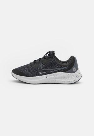 ZOOM WINFLO 8 SHIELD - Neutrální běžecké boty - black/iron grey/metallic silver/thunder blue/light smoke grey/photon dust