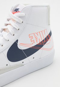 Nike Sportswear - BLAZER MID '77  - Sneakersy wysokie - white/midnight navy/sail/summit white/bright crimson - 7