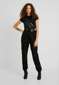 Missguided Petite - DOUBLE BUCKLE DETAIL CARGO TROUSER - Kalhoty - black - 1