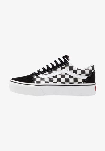 OLD SKOOL PLATFORM - Sneakersy niskie - black/white