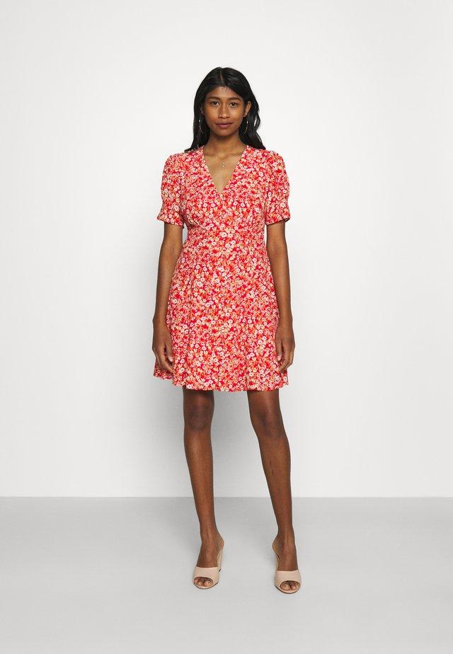 SAFFRON PRINTED MINI SUN DRESS - Robe d'été - scarlet ditsy
