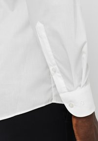 OLYMP Level Five - OLYMP LEVEL 5 BODY FIT - Formal shirt - offwhite - 5