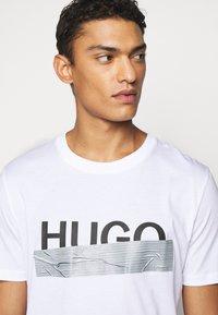 HUGO - DICAGOLINO - Print T-shirt - white - 3