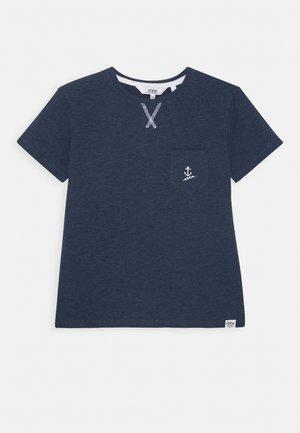 GILBERT TEE - T-shirt z nadrukiem - navy