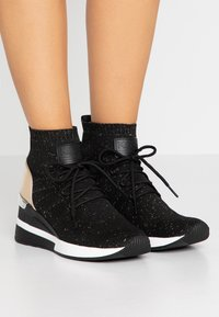 MICHAEL Michael Kors - SKYLER LACE UP  - Sneakers high - black/gold - 0