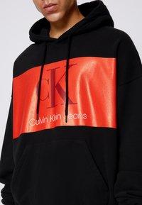 Calvin Klein Jeans - OVERSIZED LARGE BADGE HOODIE UNISEX - Sweatshirt - black - 4