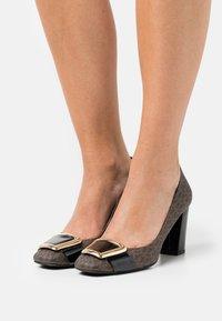 MICHAEL Michael Kors - PATSY FLEX - Classic heels - brown/black - 0