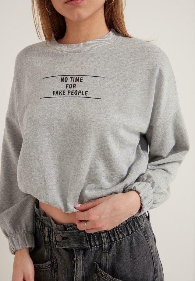 MIT SCHRIFTZUG - Sweatshirt - grey