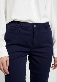Benetton - GABARDINE STRAIGHT  - Chinos - navy - 6