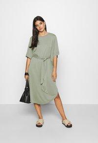 Monki - HESTER DRESS - Jerseykjole - kahki green - 1