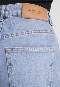 Selected Femme Petite - SLFKATE STRAIGHT MID - Relaxed fit jeans - medium blue denim - 4