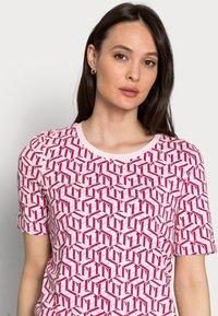 Tommy Hilfiger - REGULAR PRINTED - Print T-shirt - pink - 3