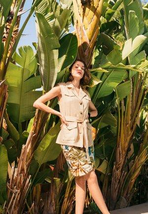 MIT REVERSKRAGEN - Waistcoat - tropic beige