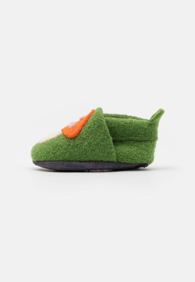 PILZ - Chaussons - grün