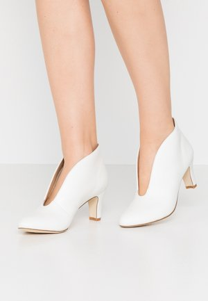 LEATHER ANKLE BOOTS - Botines bajos - white