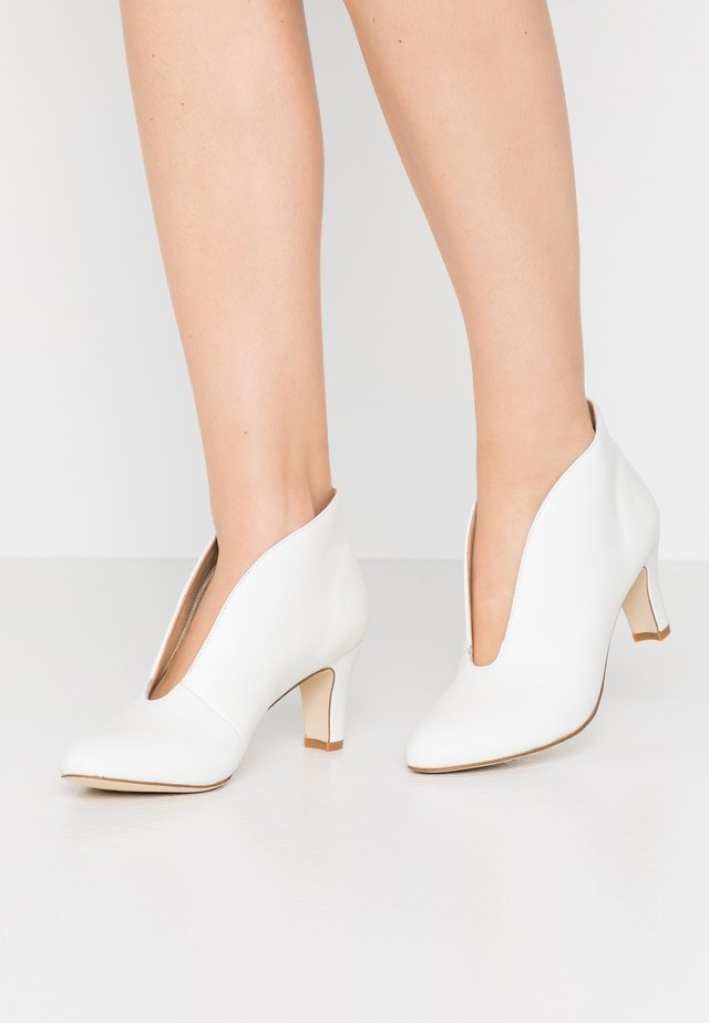 LEATHER ANKLE BOOTS - Ankle boots - white