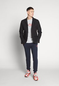 Jack & Jones - JJIGORDON JJSHARK PANTS  - Trainingsbroek - navy blazer - 1