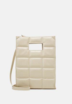 THE QUILTED BAG MEDIUM - Håndveske - off-white/gold-coloured