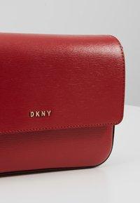 DKNY - BRYANT FLAP CBODY SUTTON - Taška spříčným popruhem - bright red - 6