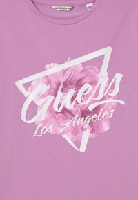 Guess - JUNIOR  - Print T-shirt - crystal mauve - 2