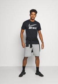 Nike Performance - DRY FIT - Short de sport - grey heather - 1