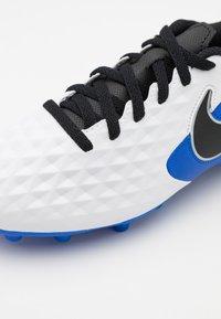 Nike Performance - TIEMPO JR LEGEND 8 CLUB FG/MG UNISEX - Moulded stud football boots - white/black/hyper royal/metallic silver - 5