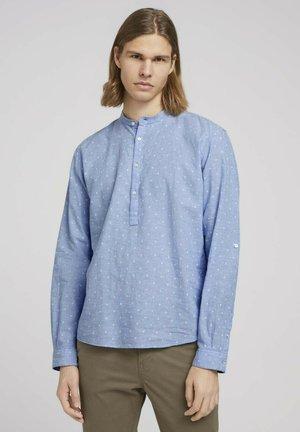 Camisa - blue white scattered design