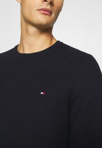 Tommy Hilfiger - HONEYCOMB CREW NECK - Jumper - blue