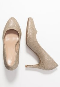 Dorothy Perkins Wide Fit - WIDE FIT DEEDEE ALMOND TOE COURT - Høye hæler - gold - 3