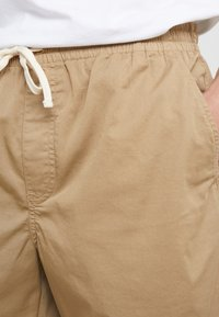 J.CREW - DOCK GARMENT DYE STRETCH - Shorts - british khaki - 4