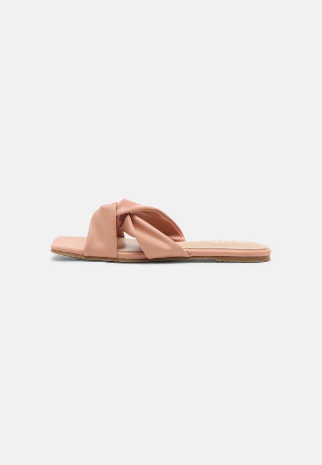 ELATE - Pantofle - coral