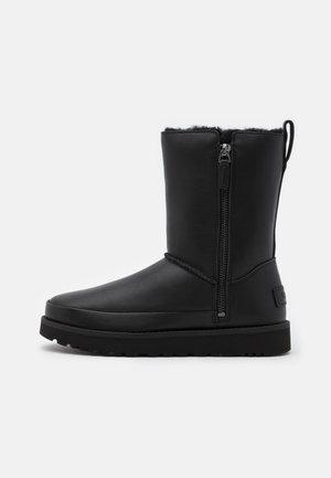 CLASSIC ZIP SHORT - Zimní obuv - black