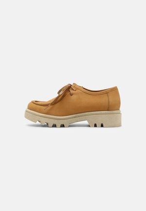 ROBIN - Volnočasové šněrovací boty - camel