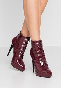 Zign - Kotníková obuv na vysokém podpatku - bordeaux - 0