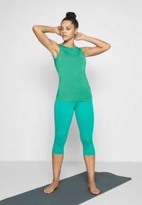 Curare Yogawear - TANK BOAT NECK - Topper - green lagoon - 1