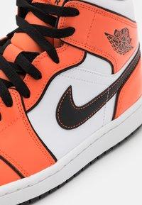 Jordan - AIR 1 MID SE - Zapatillas altas - turf orange/black/white - 5