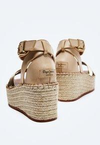 Pepe Jeans - WITNEY COLLAR - Platform sandals - gold - 4