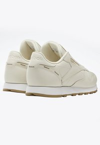 Reebok Classic - CLASSIC LEATHER SHOES - Trainers - white - 2