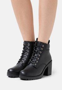 New Look - CALEY HEELED LACE UP - Šněrovací kotníkové boty - black - 0