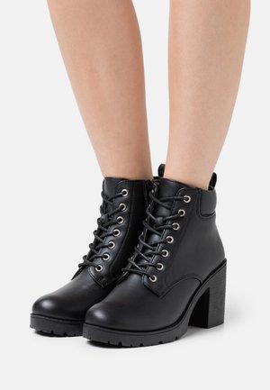CALEY HEELED LACE UP - Šněrovací kotníkové boty - black