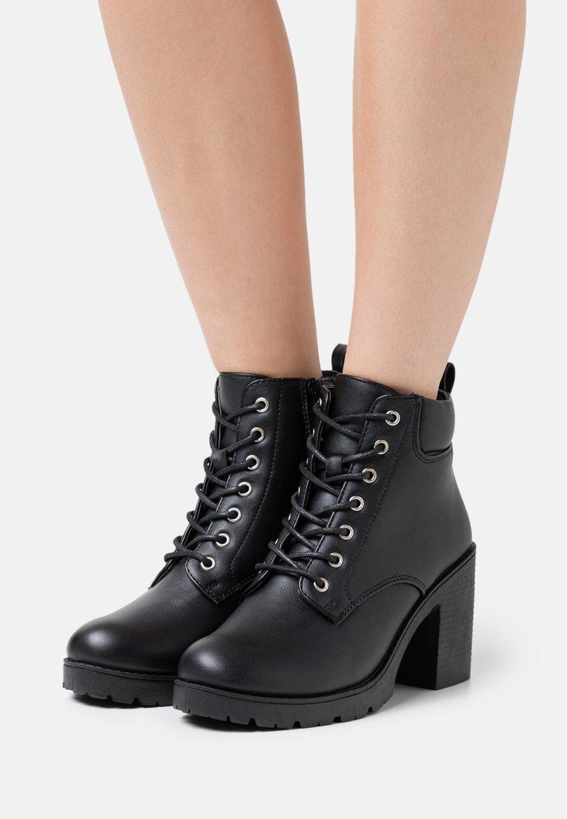 New Look - CALEY HEELED LACE UP - Šněrovací kotníkové boty - black
