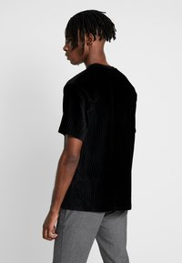 Topman - BURN OUT STRIPE TEE - T-shirt - bas - black - 2